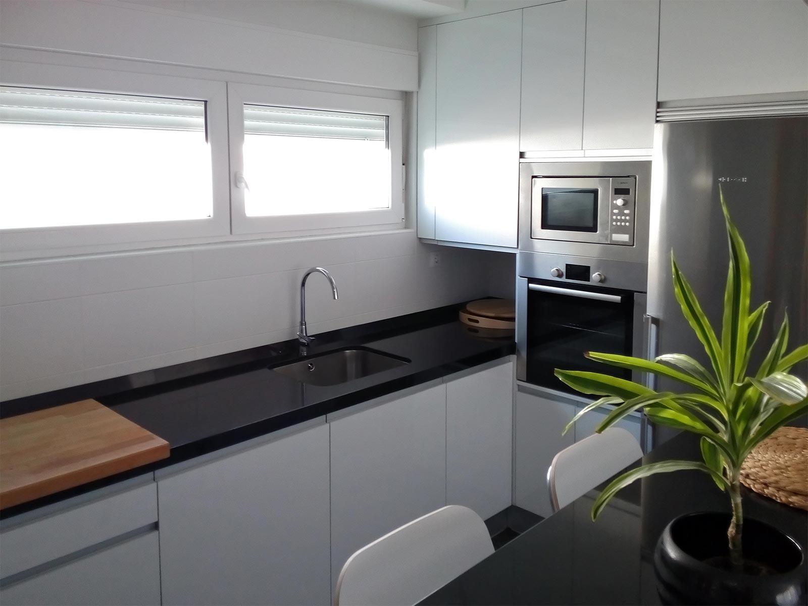 Cocina moderna blanco brillo – carpintería josé quintana torrelavega